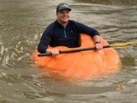 413 kiloluk balkabağı yetiştirdi; bot olarak kullanıyor