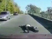 Hastaneye götürülürken ambulanstan yola düştü!
