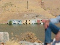 Evi baraj altında kalan köylü jandarma karakoluna yerleşti