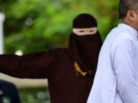 Endonezya'das zinayla ilgili düzenlemelerin çıkarılmasına katkıda bulunan konsey üyesi zinadan kırbaçlandı