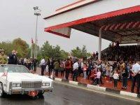 15 Kasım törenindeki beyaz Cadillac araç ilgi çekti!