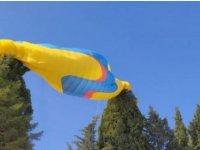 Yamaç paraşütüyle ağaçta asılı kaldılar; itfaiye kurtardı