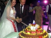 Düğünlerinde 'çiğ köfte'den düğün pastası kestiler