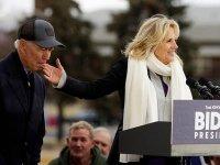 ABD başkan aday adayı Joe Biden, mitingde eşinin parmağını emdi