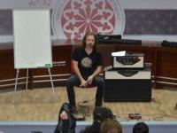 Ünlü gitarist Okan Ersan'dan DAÜ'de müzikli söyleşi