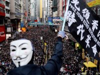 Hong Kong'da yüz binler yine sokaklarda