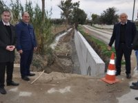 Karavezirler Lefkoşa Kaymakamı'yla birlikte  Çukurova köyünde yapımı devam eden dere istinat duvarı yapımını inceledi