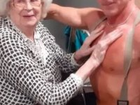 Yaşlı kadın isteyince huzurevine itfaiyeci kostümlü striptizci geldi