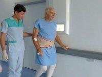 Omurga darliği nedeniyle yürüme güçlüğü bulunan hastalar omurga füzyon ameliyati sonrasi yürüyerek taburcu oluyor
