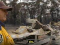 Gönüllü itfaiyeci, kendi evi yanarken komşularının evindeki yangını söndürmek için çalıştı
