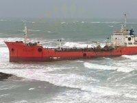 Karaya oturan tankere hava şartları engeli!