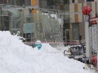 Van'da çatıdan düşen kardan kaynaklı  hastanenin girişi çöktü: 9 kişi yaralandı