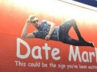 Reklam panosuna verdiği ilanla sevgili arayan Mark, 14 Şubat'ı yalnız geçirmeyecek