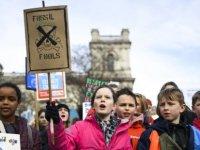 Londra'da hükümetin iklim politikası protesto edildi
