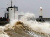 İngiltere Dennis fırtınasına karşı hazırlıklar için askerleri yardıma çağırdı