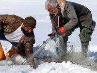 Van'da Donan baraj gölünde Eskimo usulü balık avlıyorlar