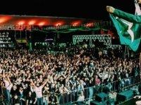 Sahte bilet alan yüzlerce kişinin akın ettiği festivalde sahne çöktü; etkinlik iptal edildi