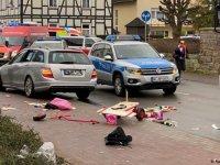 Almanya'da araç karnaval geçit törenine daldı, 30 yaralı var