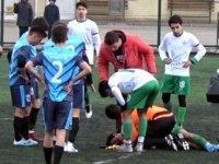 Sahada dili boğazına kaçan futbolcuya, doktor olan yardımcı hakem müdahale etti
