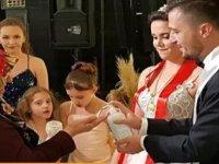 Düğüne gelen davetlilere dezenfektan tutuldu: 'Bence bu yılın en temiz düğünü'Düğüne gelen davetlilere dezenfektan tutuldu: 'Bence bu yılın en temiz düğünü'Düğüne gelen davetlilere dezenfektan tutuldu: &#