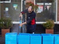 Hollanda televizyonu: Sığınmacılar gönüllü olarak alışveriş arabalarını dezenfekte ediyor