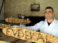 Ekmeklerin üzerine 'Evde kal' yazıyor