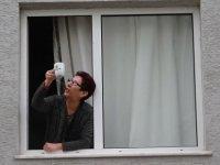 Komşu ziyaretlerine Koronavirüs düzenlemesi; Whatsapp'tan haberleşip camdan cama 'gün' düzenliyorlar
