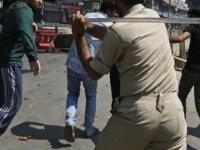 Hindistan'da Sokağa Çıkma Yasağını Protesto Eden İşçilerle Polis Arasında Çatışma Çıktı