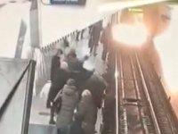 Cep telefonuna bakarken yürüyerek metro raylarına düşen kadın böyle kurtarıldı