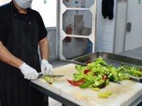 DAÜ'den yurtta kalan öğrencilere her gün ücretsiz yemek servisi