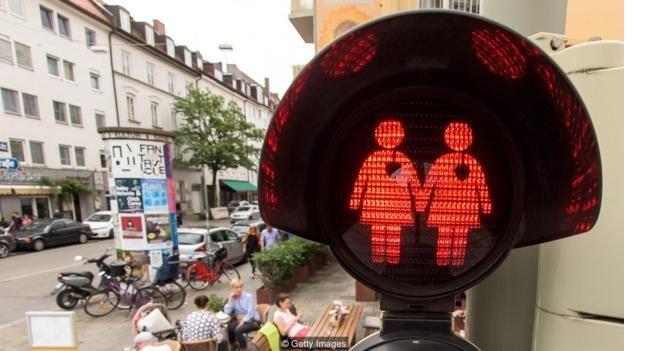 160623154001_gay_traffic_lights.jpg