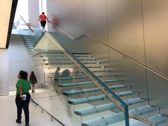 apple-satis-magazasinin-merdivenleri-1-milyon-dolara-yenilendi.jpg