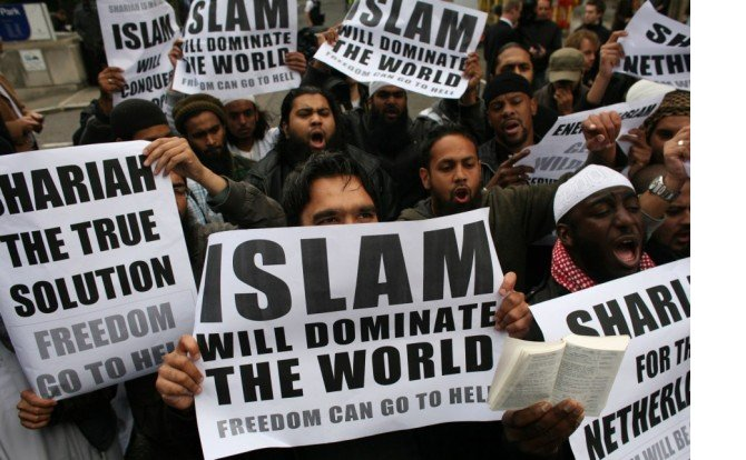 muslims-carrying-banners-declaring-islam-will-dominate-the-world-protest-at-the-visit-of-mr-wilders-to-the-uk-620x414.jpg