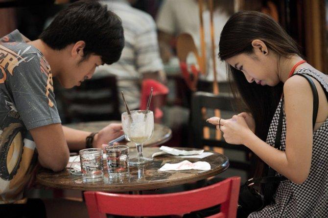 pb-130401-smartphone-socializiing-ps1.photoblog900.jpg