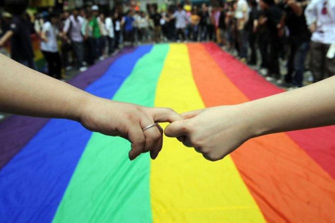 rainbow_gay_pride_hands.jpg