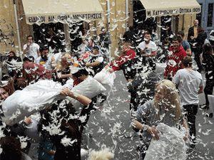 VİDEOLU: Lefkoşa'da yastık savaşı!