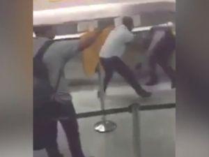 Uçuşu ertelenince polisi böyle dövdü