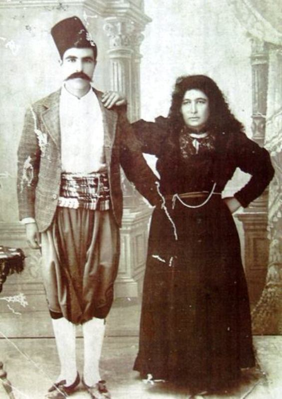 BİR ZAMANLAR LEFKOŞA lefkoşa'nın ünlü ebelerinden Seher hanım ve eşi İbrahim Çavuş objektife yansımış. Lefkoşa'nın ünlü ebelerinden biri olan Seher Hanım veya herkes tarafından bilinen ismiyle Seher Ebe ve eşi İbrahim Çavuş'un yer aldığı bu fotoğraf, 1930'lu yıllarda çekildi. Seher Hanım, ayrıca Ahmet Becerikli'nin de nenesidir. (Bülent Anibal'ın arşivinden)