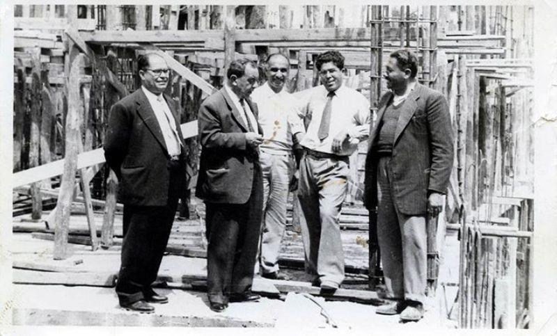 SARAY HOTEL: Kıbrıs adası için bir dönem en önemli otellerden olan Saray Hotel bugün geçmişteki ihtişamını kaybetse de, hiç kuşkusuz uzunca bir döneme damgasını vurdu. Resimde Dr Küçük, Saray Otelin inşaatını denetlerken objektife yakalanmış