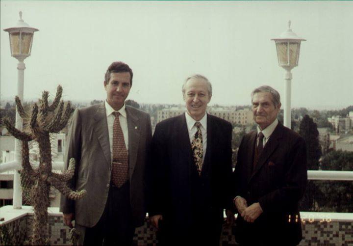 RESİM ALTI: Türkiye' nin ilk Kültür Bakanı Prof .Dr. Talat Sait Halman ,ülkemizin önde gelen kültür adamlarından rahmetli Kemal Rüstem ve tanınmış eğitimcimiz Doğu Akdeniz Üniversitesi Öğretim Görevlisi Doç.Dr. Hasan Cicioğlu 1996 Kasımında Lefkoşa Saray Hotel terasında…