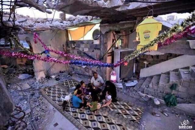 GÜNÜN RESMİ:Gazze'de, yıkılan evlerini Ramazan sevinciyle süsleyip iftarını açan bir aile..