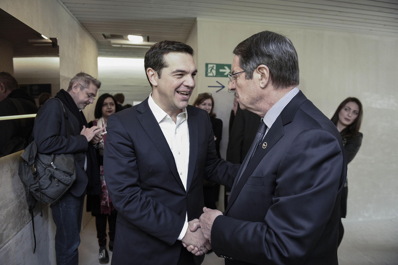 Ο Πρωθυπουργός της Ελλάδας, Αλέξης Τσίπρας, συναντήθηκε στο περιθώριο του Παγκόσμιου Οικονομικού Φόρουμ με τον Πρόεδρο της Κυπριακής Δημοκρατίας, Νίκο Αναστασιάδη, και όπως ανακοινώθηκε από το Μαξίμου συζήτησαν τις εξελίξεις σχετικά με το Κυπριακό, καθώς και τη συνεργασία Ελλάδας και Κυπριακής Δημοκρατίας στην ευρύτερη περιοχή.