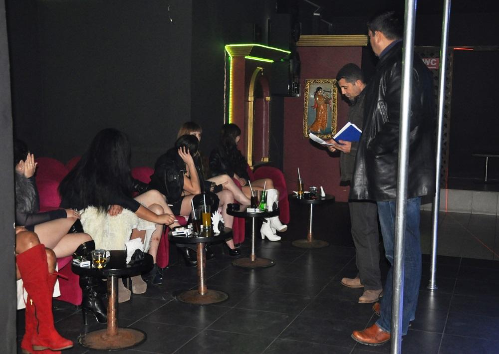 Qız gecə klubunda DÖYÜLDÜ